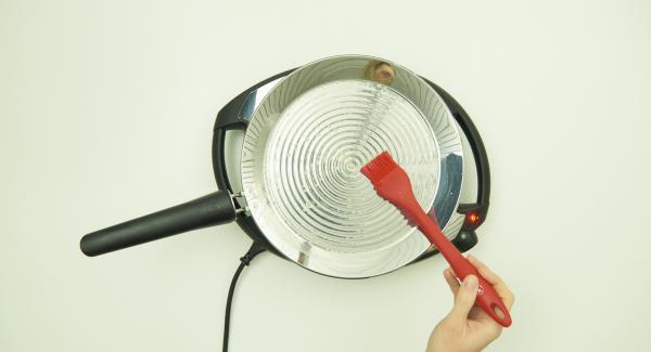 Auf mittlere Stufe/Flamme schalten und Butter hineingeben. Gleichmässig in der oPan large verteilen.