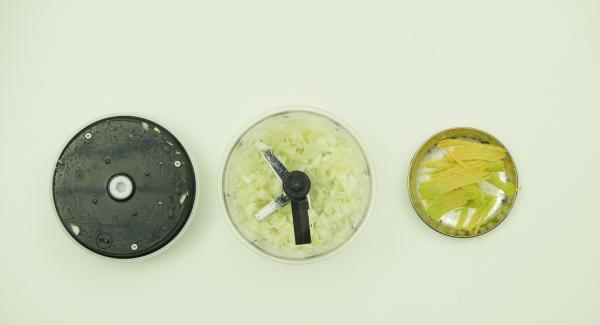 Zitrone heiß abwaschen, abtrocknen, gelbe Schale in feinen Streifen abziehen. Zwiebel schälen und im Quick Cut fein hacken.
