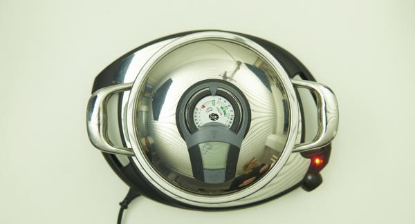 Zwiebel in einen Topf geben, auf Navigenio stellen, auf Stufe 6 schalten. Audiotherm einschalten, auf Visiotherm aufsetzen, drehen, bis das Brat-Symbol erscheint.