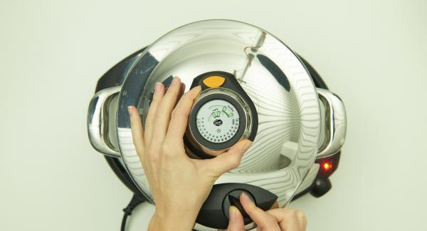 Sobald der Audiotherm beim Erreichen des Brat-Fensters piepst, auf Stufe 2 schalten, Reis zugeben und kurz anbraten. Wein, Brühe, Erbsen und Zitronenschale unterrühren. Secuquick softline aufsetzen und verschließen.