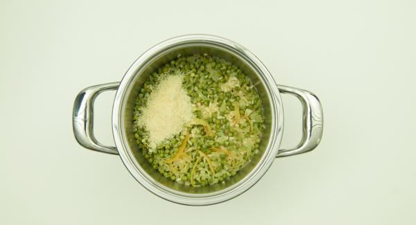 Parmesan und Olivenöl unterrühren und abschmecken. Nach Belieben mit gebratenen Garnelen servieren.