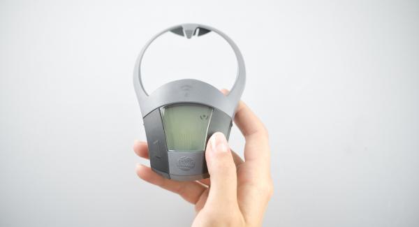 Zwiebel-Knoblauchmix in einen Topf geben, Deckel auflegen und auf den Navigenio stellen. Auf Stufe 6 schalten. Audiotherm einschalten, auf Visiotherm aufsetzen und drehen bis das Brat-Symbol erscheint.
