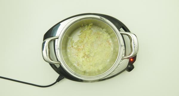 Sobald der Audiotherm beim Erreichen des Brat-Fensters piepst, auf Stufe 2 schalten, Deckel abnehmen, Kartoffelwürfel zugeben und alles anbraten.