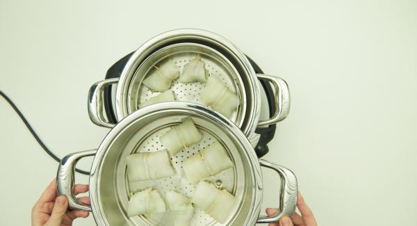 Wasser (ca. 100 ml) in Topf füllen, Softiera-Einsatz einsetzen und Kombi-Siebeinsatz daraufsetzen, EasyQuick mit Dichtring 24 cm aufsetzen und Topf auf Navigenio stellen.