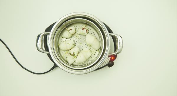Nach Ablauf der Garzeit Kombi-Siebeinsatz und Softiera-Einsatz herausnehmen und die Fischröllchen mit dem restlichen Pesto servieren.