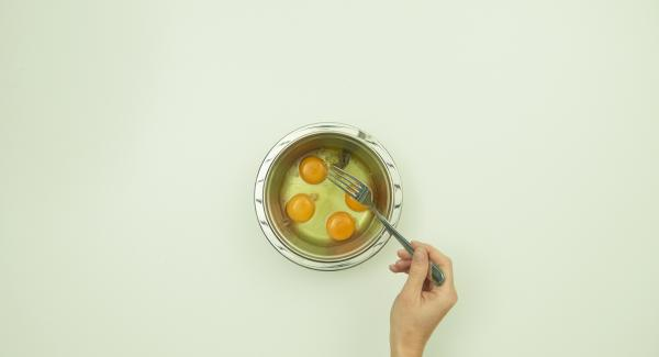 Für das Omelett Eier mit Salz und Pfeffer würzen, mit einer Gabel verquirlen. Nach Belieben mit Salz und Pfeffer würzen.