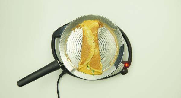 Die Seiten nach innen klappen und mit Hilfe eines Spatels auf einen Teller gleiten lassen.