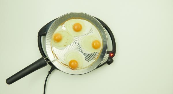Für die Spiegeleier Eier darin aufschlagen und nach Belieben fertig garen. Mit Salz und Pfeffer würzen.