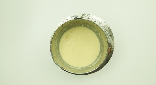 Schale der Limette abreiben und mit allen Zutaten bis einschliesslich der Eier zu einem Teig vermischen. 30 Minuten quellen lassen. Limettensaft auspressen.