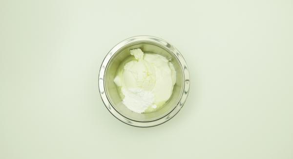 Mischen Sie Quark, Mascarpone, Puderzucker und ca. 2 EL Limettensaft zu einer cremigen Masse.