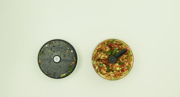 Eier mit Salz und Pfeffer würzen, mit einer Gabel verquirlen. Gemüse putzen und zusammen mit den Kräutern im Quick Cut zerkleinern. Backpulver unter das Mehl heben und mit Gemüse und Eimasse in einer Kombischüssel 20 cm mischen.