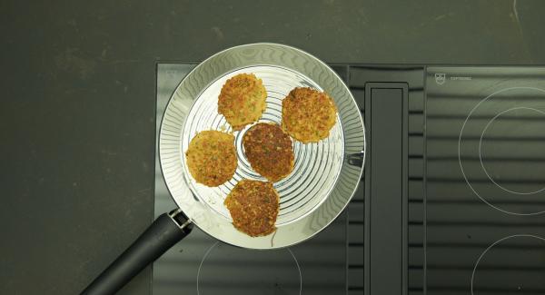 5 kleine Küchlein auf einmal in die oPan large hineingeben und von beiden Seiten ca. 2 Minuten braten.