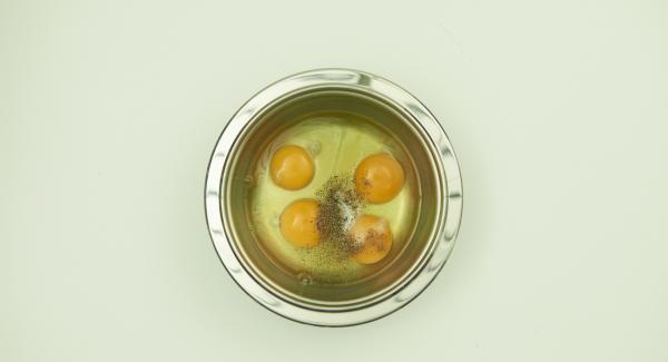 Eier mit Salz und Pfeffer würzen, mit einer Gabel verquirlen.