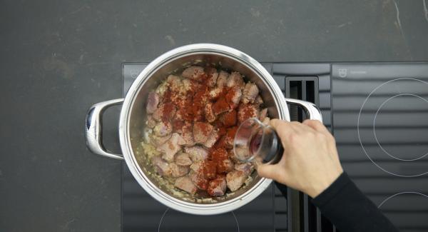 Mit Salz und Pfeffer würzen, Paprikapulver darüber geben und kurz mit anschwitzen. Mit Rotwein ablöschen und Sauerkraut unterheben.
