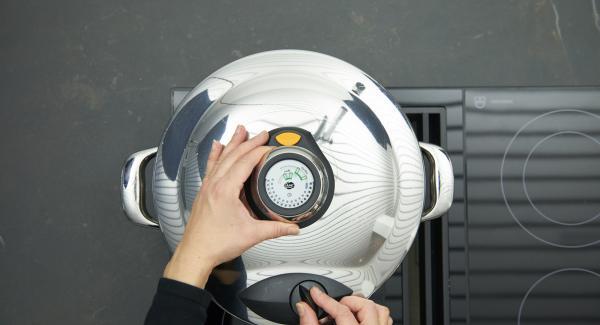 Secuquick softline aufsetzen und verschließen. Herd auf höchste Stufe schalten, bis zum ersten Turbo-Fenster aufheizen, auf niedrige Stufe schalten und mit Hilfe des Audiotherms ca. 20 Minuten fertig garen.