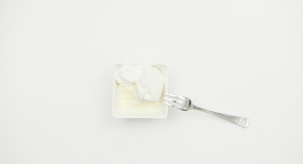 In der Zwischenzeit Crème fraîche und Ziegenfrischkäse verrühren. Mit Salz und Pfeffer würzen. Secuquick nach Ende der Garzeit drucklos machen und abnehmen.