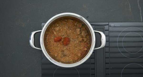 Ajvar unterrühren und pikant abschmecken. Gulasch mit einem Klecks Frischkäsecreme servieren.