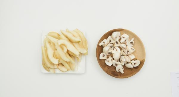 Zwiebeln schälen und im Quick Cut fein hacken. Birnen schälen und in Spalten schneiden. Champignons mit einem Pinsel oder einem Tuch säubern und vierteln.
