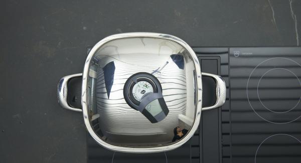 Sobald der Audiotherm beim Erreichen des Brat-Fensters piepst, auf niedrige Stufe schalten und Rehrückenfilets mit Hilfe des Audiotherms braten, bis der Wendepunkt bei 90°C erreicht ist. Fleisch wenden und nochmals bis zum Erreichen des Wendepunktes bei 90°C braten.