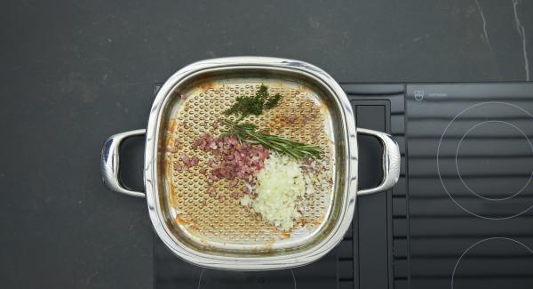 Speckwürfel anbraten, Zwiebeln und Kräuter zugeben und mit anbraten. Tomatenmark, Champignons, Birnen und 1 Esslöffel Preiselbeerkonfitüre zugeben.
