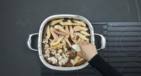 Rot- und Portwein sowie Sahne zugießen und Sauce aufkochen lassen. Nach Belieben mit angerührter Speisestärke binden und pikant abschmecken.