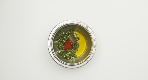 Für die Marinade Kräuterblätter abzupfen, Knoblauch schälen, alles zusammen sehr fein hacken. Mit Pfeffer, Paprikapulver und Öl mischen, Medaillons damit einreiben. Zugedeckt im Kühlschrank 2 Stunden marinieren.