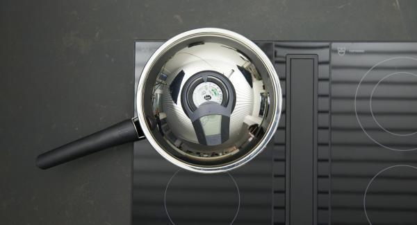 Zwiebel schälen, fein würfeln. Kleine HotPan auf Herd stellen und auf höchste Stufe schalten. Audiotherm einschalten, auf Visiotherm aufsetzen und drehen bis das Brat-Symbol erscheint.