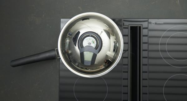 Sobald der Audiotherm beim Erreichen des Brat-Fensters piepst, auf niedrige Stufe schalten, Medaillons einlegen und mit Hilfe des Audiotherms braten, bis der Wendepunkt bei 90 °C erreicht ist.