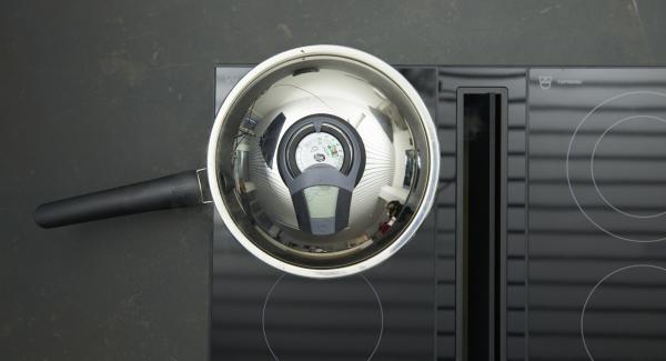 Wenden, nochmals bis zum Wendepunkt bei 90 °C braten. Medaillons herausnehmen, mit Salz würzen. Zwiebelwürfel anbraten, mit Portwein und Fleischfond ablöschen, kräftig einkochen lassen.