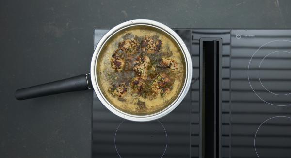 Nach Belieben mit etwas angerührter Speisestärke binden, abschmecken. Medaillons in die Sauce geben, auf ausgeschaltetem Herd noch einige Minuten ziehen lassen.