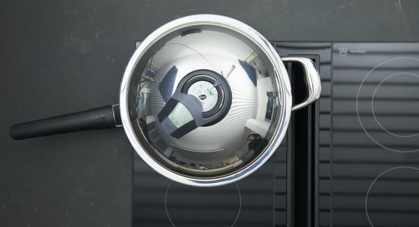 Weissen Spargel ganz, grünen Spargel nur im unteren Drittel schälen. Tropfnass in die HotPan 28 cm geben, auf Herd stellen und auf höchste Stufe schalten. Bis zum Gemüse-Fenster aufheizen, auf niedrige Stufe schalten und mit Hilfe des Audiotherms ca. 15 Minuten fertig garen.