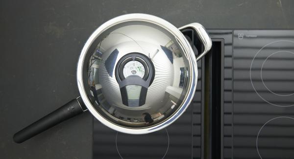 HotPan 28 cm reinigen. Auf Herd stellen, auf höchste Stufe schalten, mit Hilfe des Audiotherms bis zum Brat-Fenster aufheizen. Spargelstücke mit Rapsöl mischen. Sobald der Audiotherm beim Erreichen des Brat-Fensters piepst, auf niedrige Stufe schalten, Spargel in die HotPan geben, unter Wenden hell anbraten. Vom Herd nehmen, mit restlichen Zutaten mischen, abschmecken.