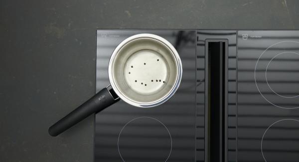 Balsamessig, Wasser und Wein mit Pfefferkörnern in eine GourmetLine oder Sauteuse geben, zur Hälfte einkochen lassen. Warm abkühlen lassen, Pfefferkörner herausnehmen.