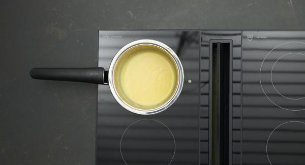 Sauce dabei immer kräftig weiterschlagen, bis eine hellgelbe sämige Sauce entstanden ist. Die Sauce darf jedoch nicht zu kochen beginnen. Mit Salz, Pfeffer und Zitronensaft abschmecken.