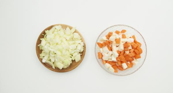 Zwiebel schälen, Gemüse putzen und fein würfeln. Fleisch in ca. 3 cm große Würfel schneiden.