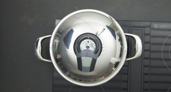 Sobald der Audiotherm beim Erreichen des Brat-Fensters piepst, auf niedrige Stufe schalten und das Fleisch portionsweise kräftig anbraten, dann herausnehmen und mit Salz und Pfeffer würzen.