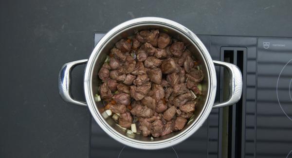 Gemüse und Zwiebeln anbraten. Tomatenmark, Rotwein und Wildfond zugießen und Fleisch wieder zugeben.