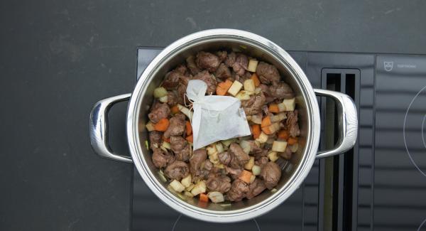 Wacholderbeeren, Pfefferkörner und Lorbeerblatt in ein Gewürzsäckchen oder Teebeutel füllen und zum Ragout geben.