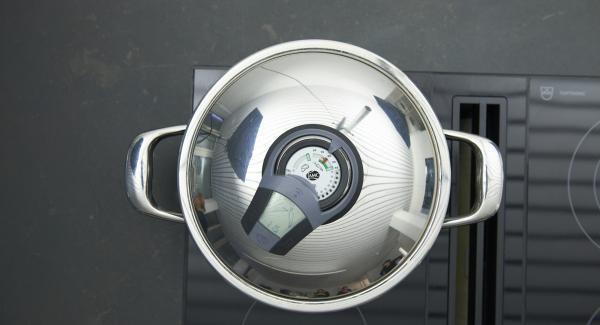 Herd auf höchste Stufe schalten, Topf bis zum Gemüse-Fenster aufheizen, auf niedrige Stufe schalten und mit Hilfe des Audiotherms ca. 75 Minuten fertig garen.