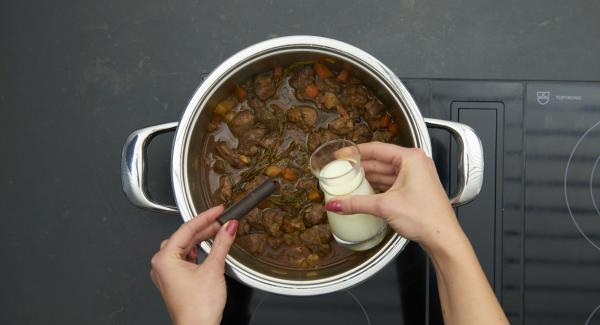 Sauce mit Saucenbinder leicht binden, mit Sahne verfeinern und Schokolade darin schmelzen. Mit Salz und Pfeffer pikant abschmecken.