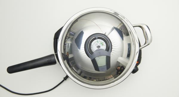 Sobald der Audiotherm beim Erreichen des Brat-Fensters piepst, Navigenio auf Stufe 3 reduzieren, Reisbällchen ins Öl geben und Deckel auflegen. Mit Hilfe des Audiotherms frittieren bis der Wendepunkt bei 90°C erreicht ist. Bällchen wenden und fertig frittieren bis sie gold-braun sind, herausnehmen und auf Küchenpapier abtropfen lassen.