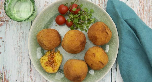 Zum Servieren mit Salat und Blüten auf Tellern anrichten und nach Belieben mit etwas Sauce garnieren.