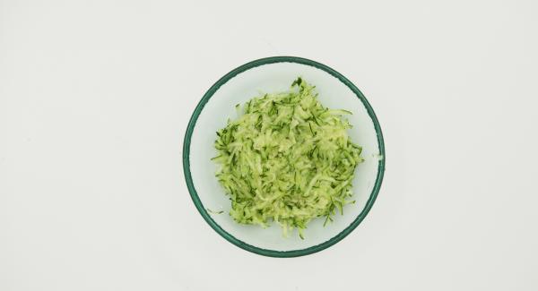 Zwiebel und Knoblauch schälen und im Quick Cut fein hacken. Zucchini putzen und raspeln.