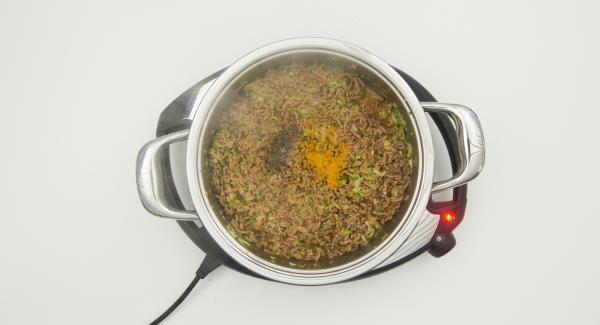 Füllung kräftig abschmecken und etwas abkühlen lassen. Cannelloni mit Hilfe eines Spritzbeutels damit füllen. Übrige  Füllung im Topf belassen, Milch dazu geben und den Topf wieder auf den Navigenio stellen.