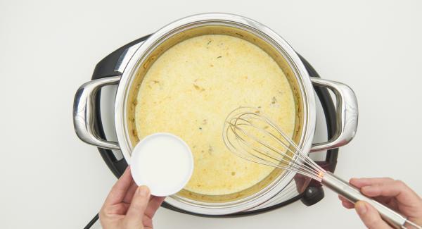 Auf Stufe 6 schalten und die Sauce mit der in Wasser angerührten Speisestärke leicht binden.