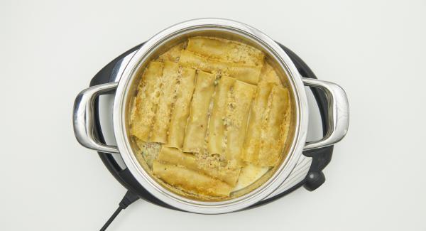 Nach Ablauf der Garzeit, Topf in den umgedrehten Deckel stellen und geriebenen Käse darüber verteilen. Navigenio überkopf auflegen und auf grosse Stufe schalten. Solange der Navigenio rot/blau blinkt ca. 10 Minuten im Audiotherm eingeben und hellbraun gratinieren.