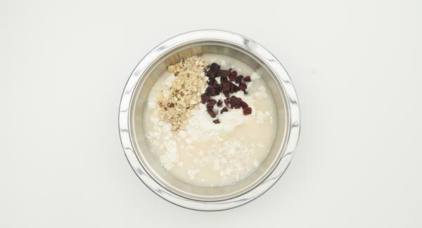 Hefemischung mit Mehl, Nüssen, Cranberries und Olivenöl zu einem geschmeidigen Teig verkneten.