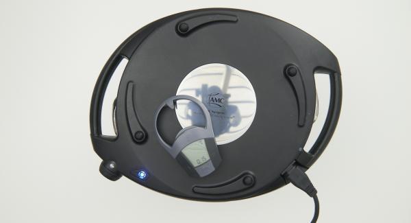 Navigenio überkopf auflegen und auf kleine Stufe schalten. Solange der Navigenio rot/blau blinkt, ca. 15 Minuten Garzeit am Audiotherm eingeben und backen.