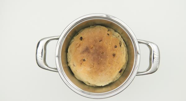 Brot aus dem Topf nehmen und etwas abkühlen lassen.