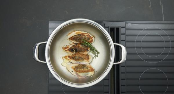 Fleisch wenden, Knoblauch und Rosmarin zugeben, Deckel wieder auflegen und ca. 15 Minuten braten